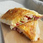 Жареный лаваш с колбасой, сыром и овощами