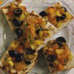 Брускетта с запеченными перцами и оливками